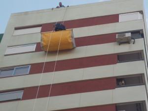 Trabajos en altura con saca recogida escombro